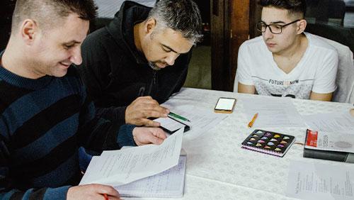 grup de barbati studiind cursuri biblice