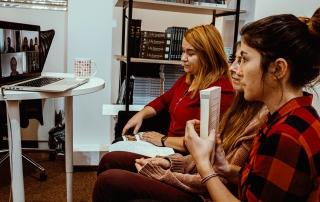 adolescenți fete conferinșă zoom carte